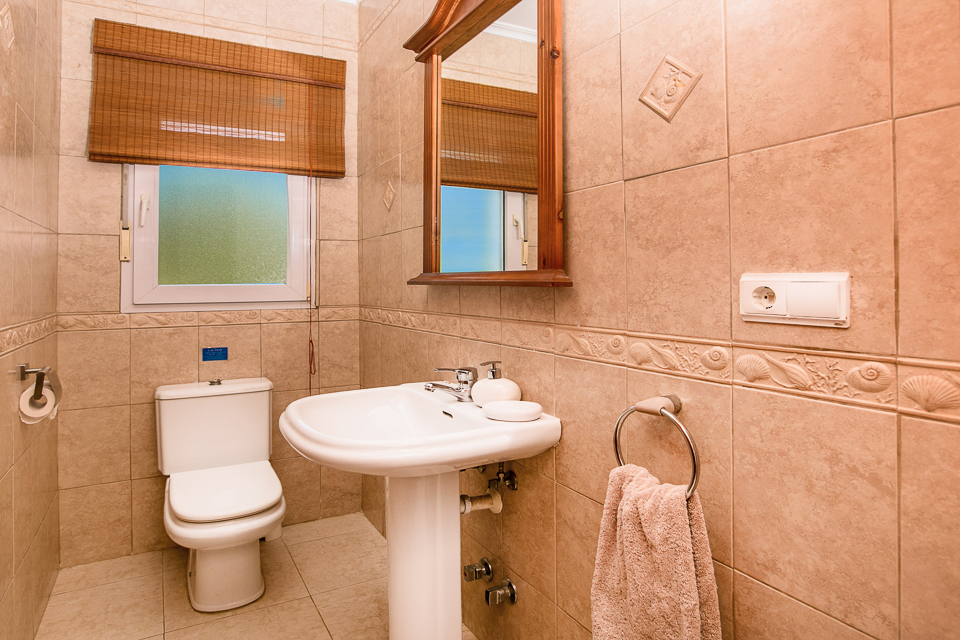 Nice and clean bathroom in homeaway javea.