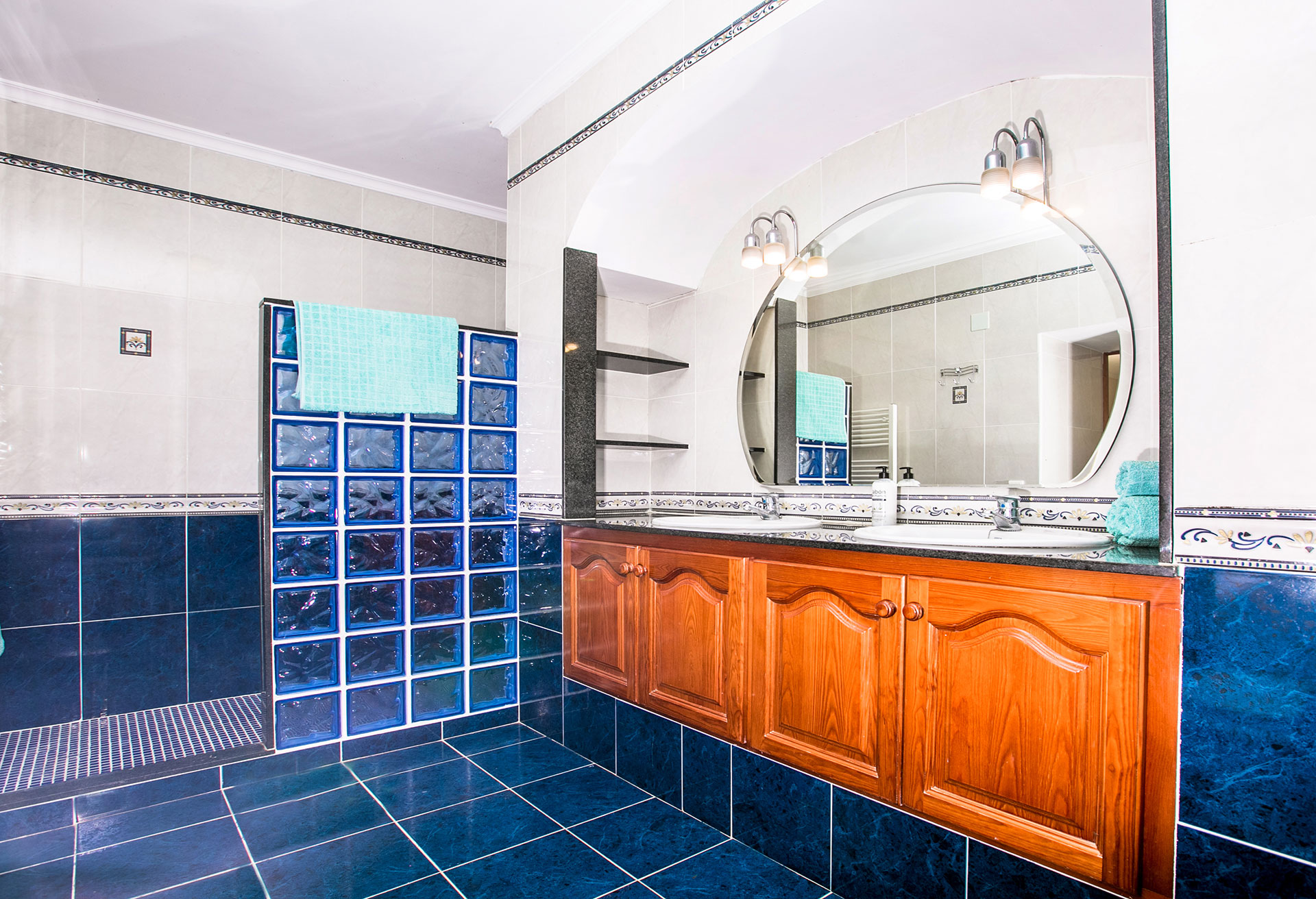 javea holiday rentals Luxurious bathroom